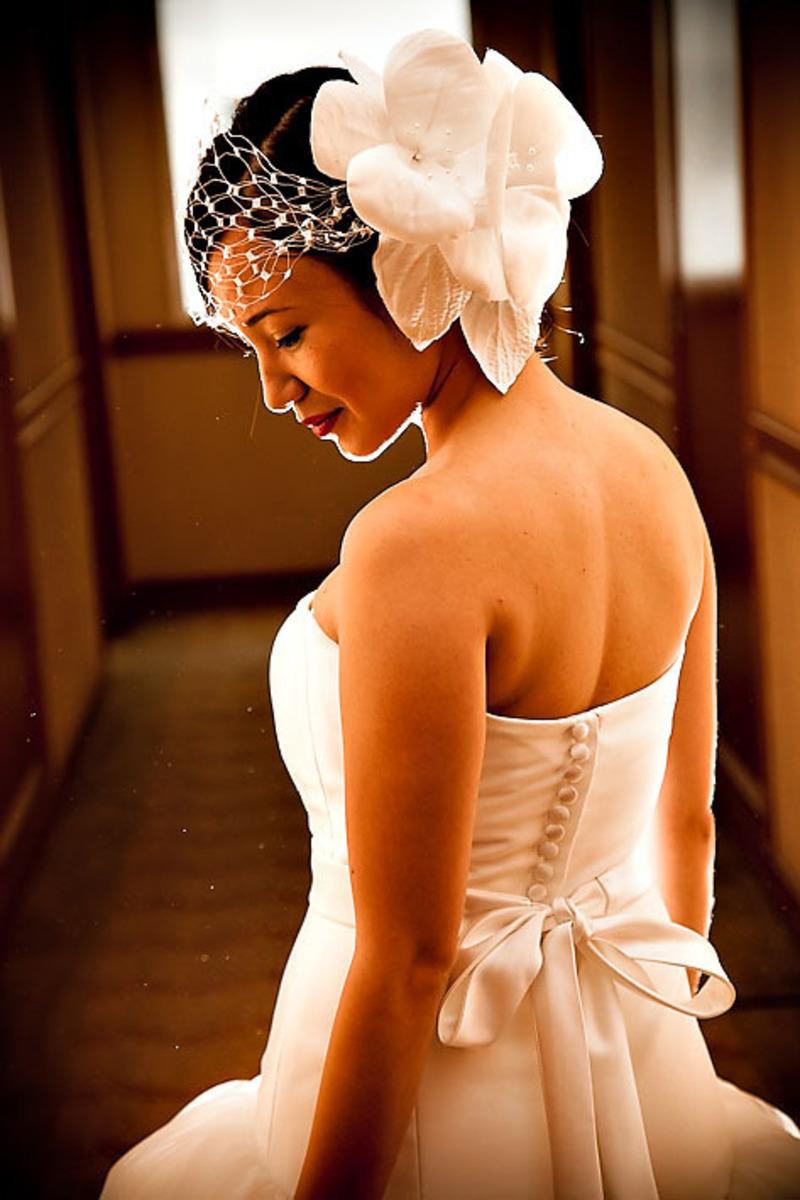 noiva-olhando-vestido-ensaio-poses-de-noivas