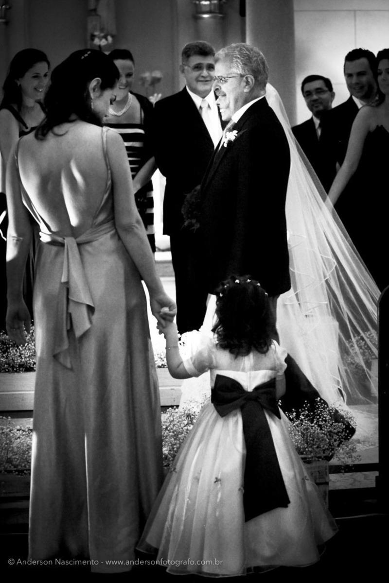 entrada-noiva-com-noivinha-olhando-capela-do-sion