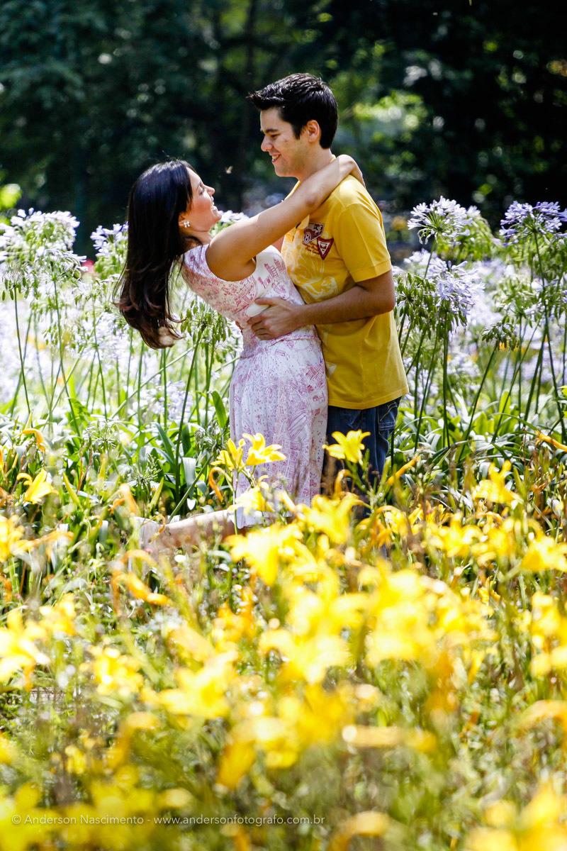 casal-abracado-ensaio-pre-weddingo-parque-ibirapuera