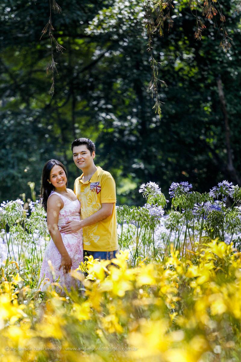 casal-sorrindo-ensaio-pre-weddingo-parque-ibirapuera