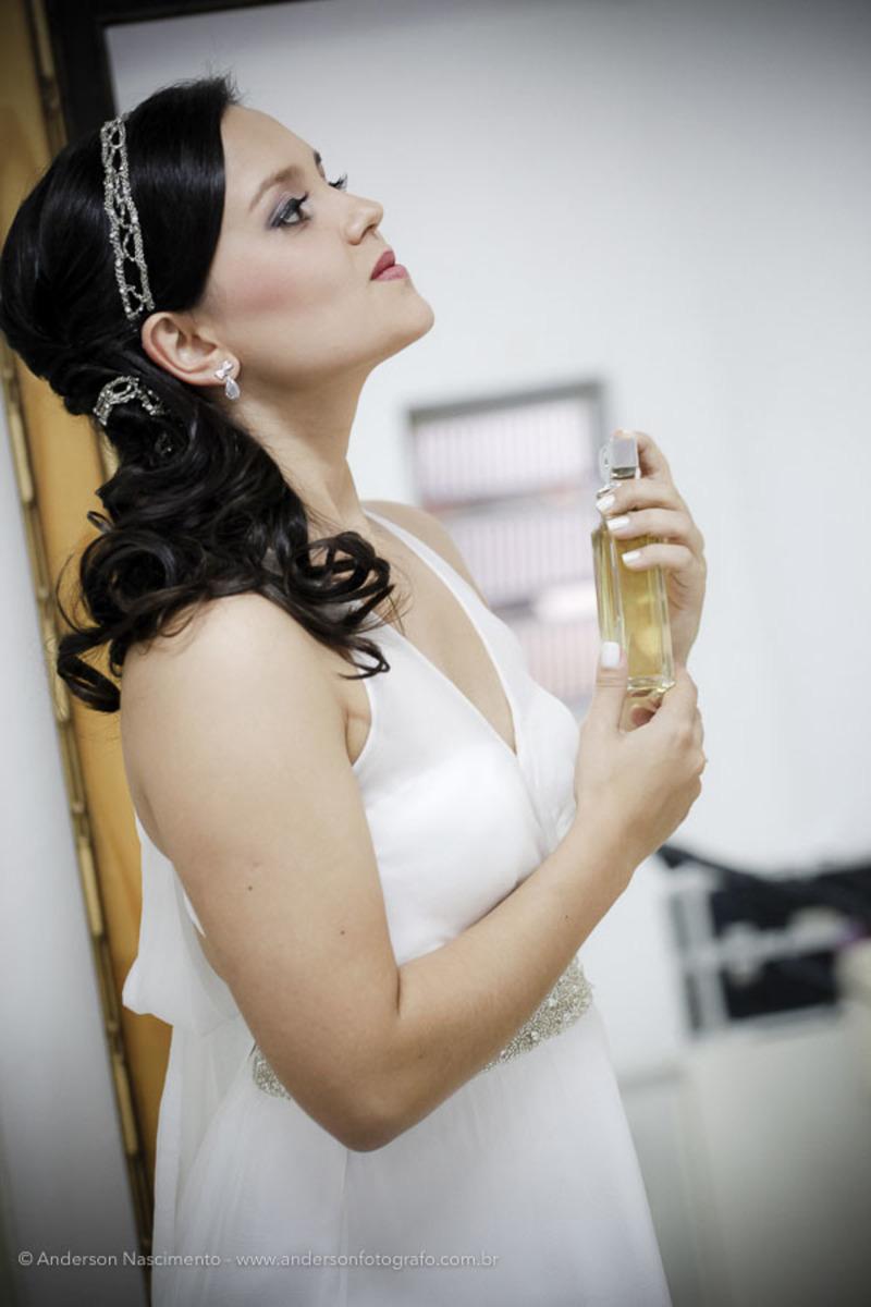 noiva-colocando-perfume-dia-da-noiva