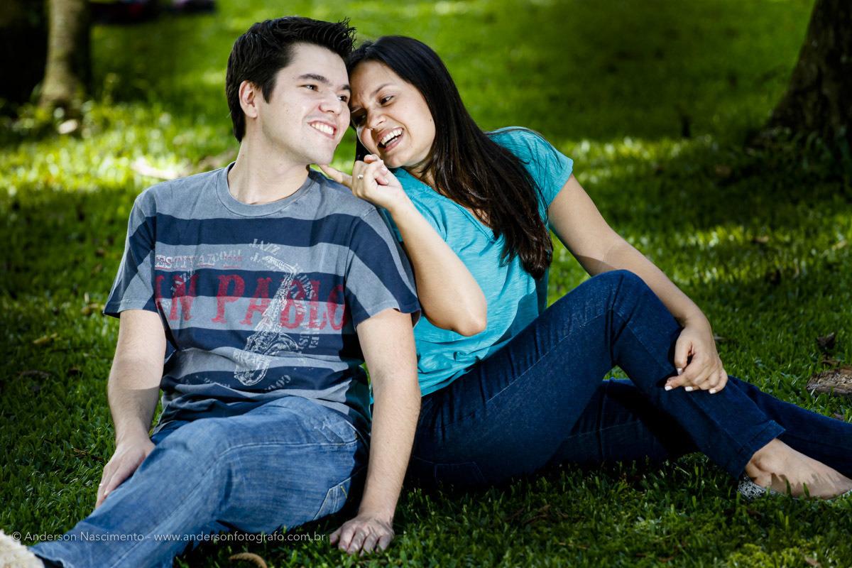 casal-sentado-na-grama-ensaio-pre-wedding-parque-ibirapuera