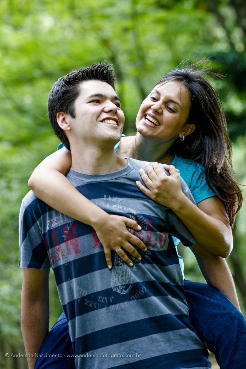 casal-sorrindo-noiva-nas-costas-do-noivo-ensaio-pre-wedding-parque-ibirapuera