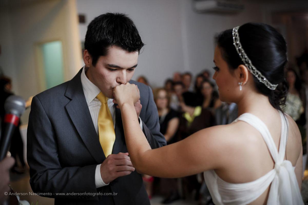 noivo-beijando-alianca-noiva