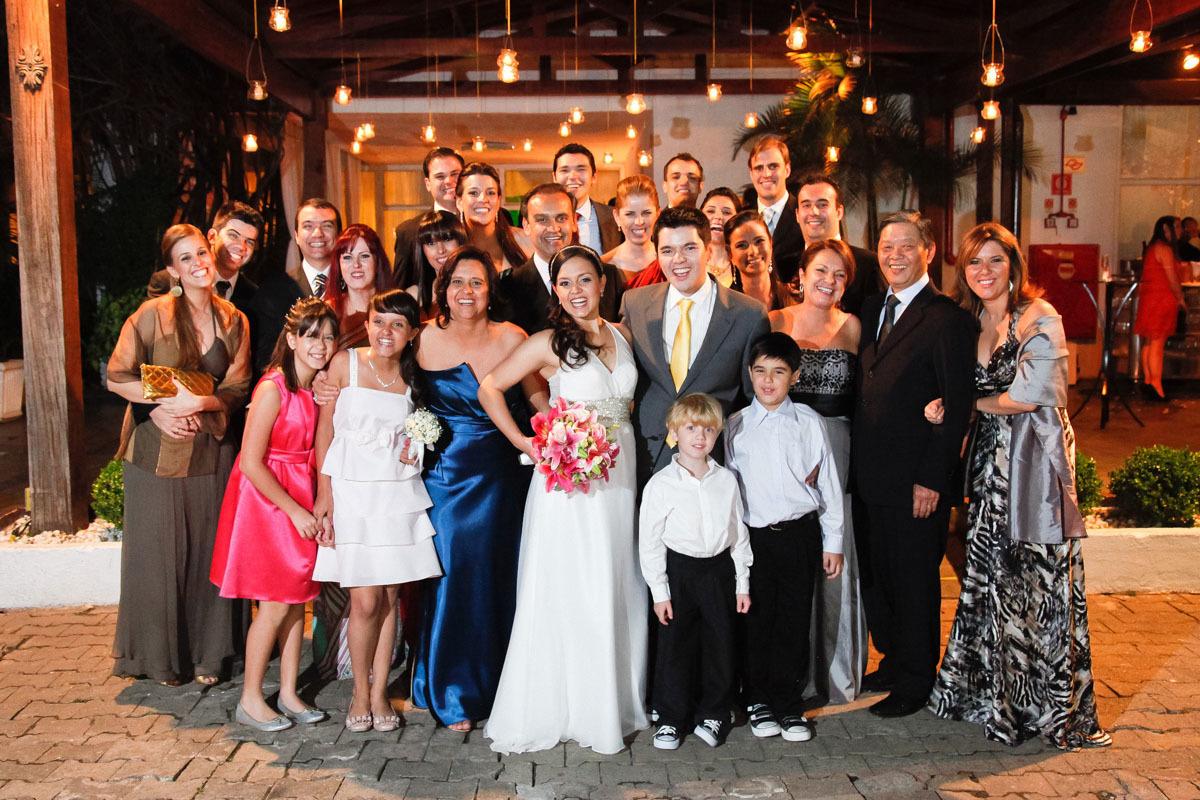 foto-dos-noivos-com-convidados