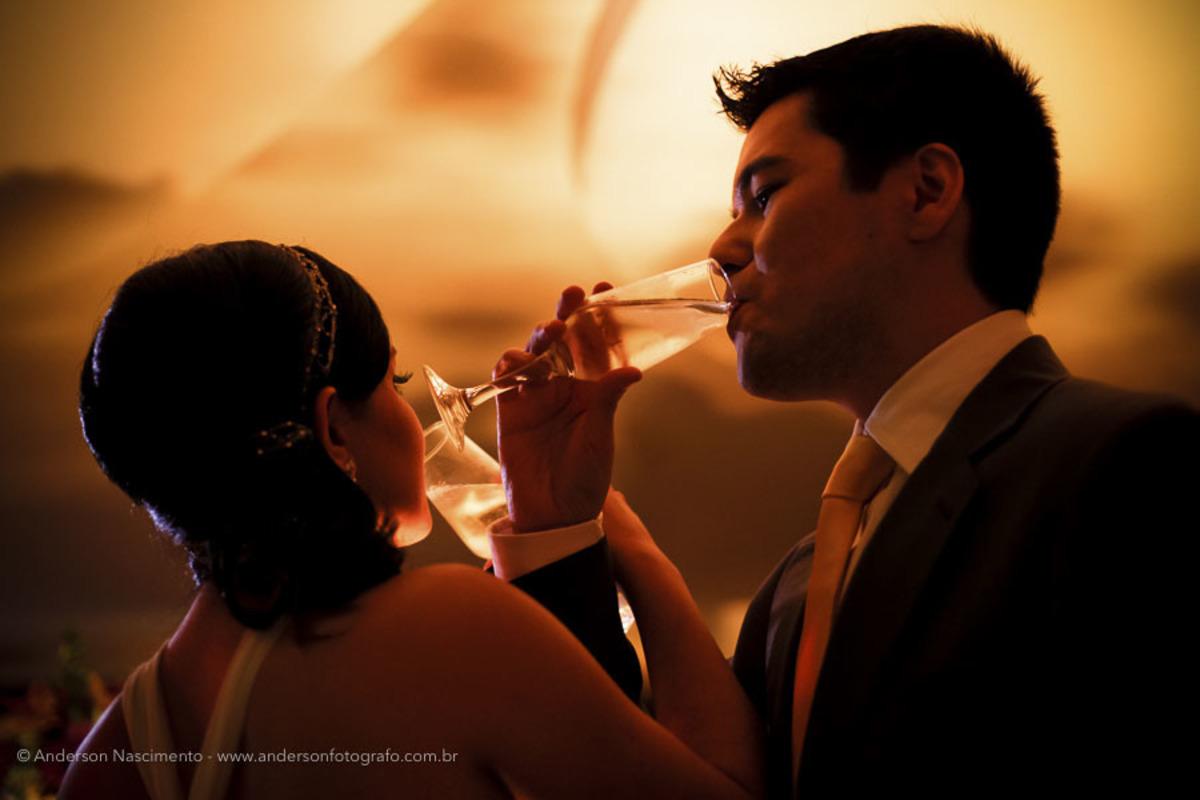 noivos-bebendo-champagne