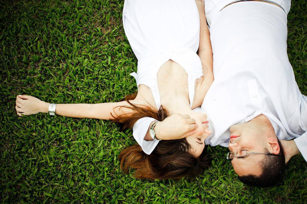 ensaio-fotografico-noivos-deitados-no-chao-solo-sagrado-guarapiranga