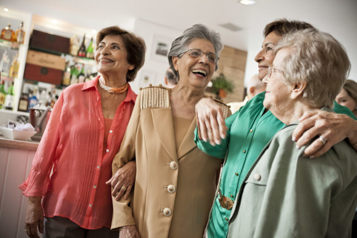 aniversariante-90-anos-sorrindo-com-amigas