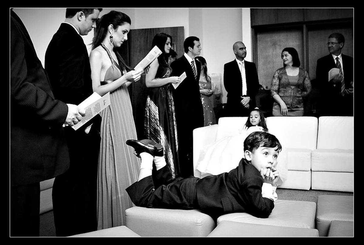 menino-pensativo-deitado-sofa-sala-casamento-igreja-adventista-setimo-dia-riacho-grande