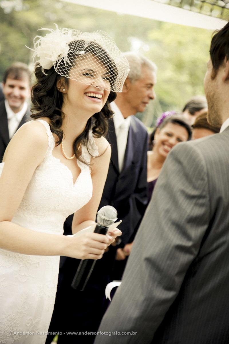 noiva-sorrindo-hora-dos-votos-casamento-espaco-natureza
