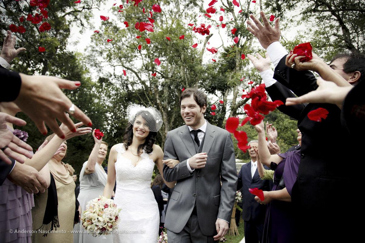 noivos-sorrindo-saida-com-chuva-de-flores-buffet-espaco-natureza