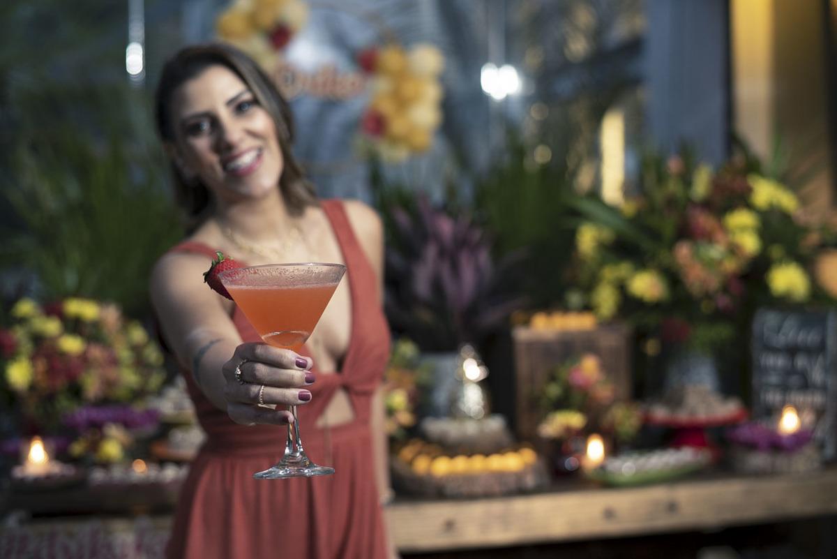 aniversariante-oferecendo-drink-festa-40anos-maui-poke-restaurante-alphaville
