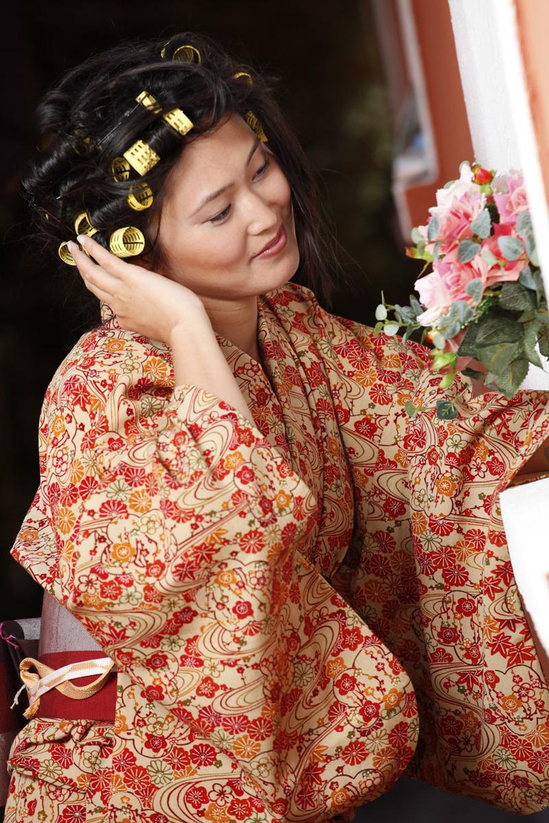 noiva-japonesa-segurando-bouquet-buffet-espaco-natureza