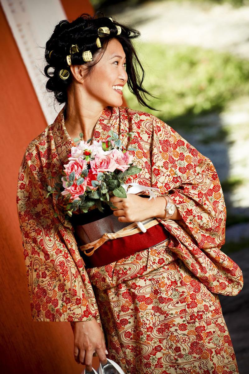 noiva-japonesa-segurando-bouquet-kimono