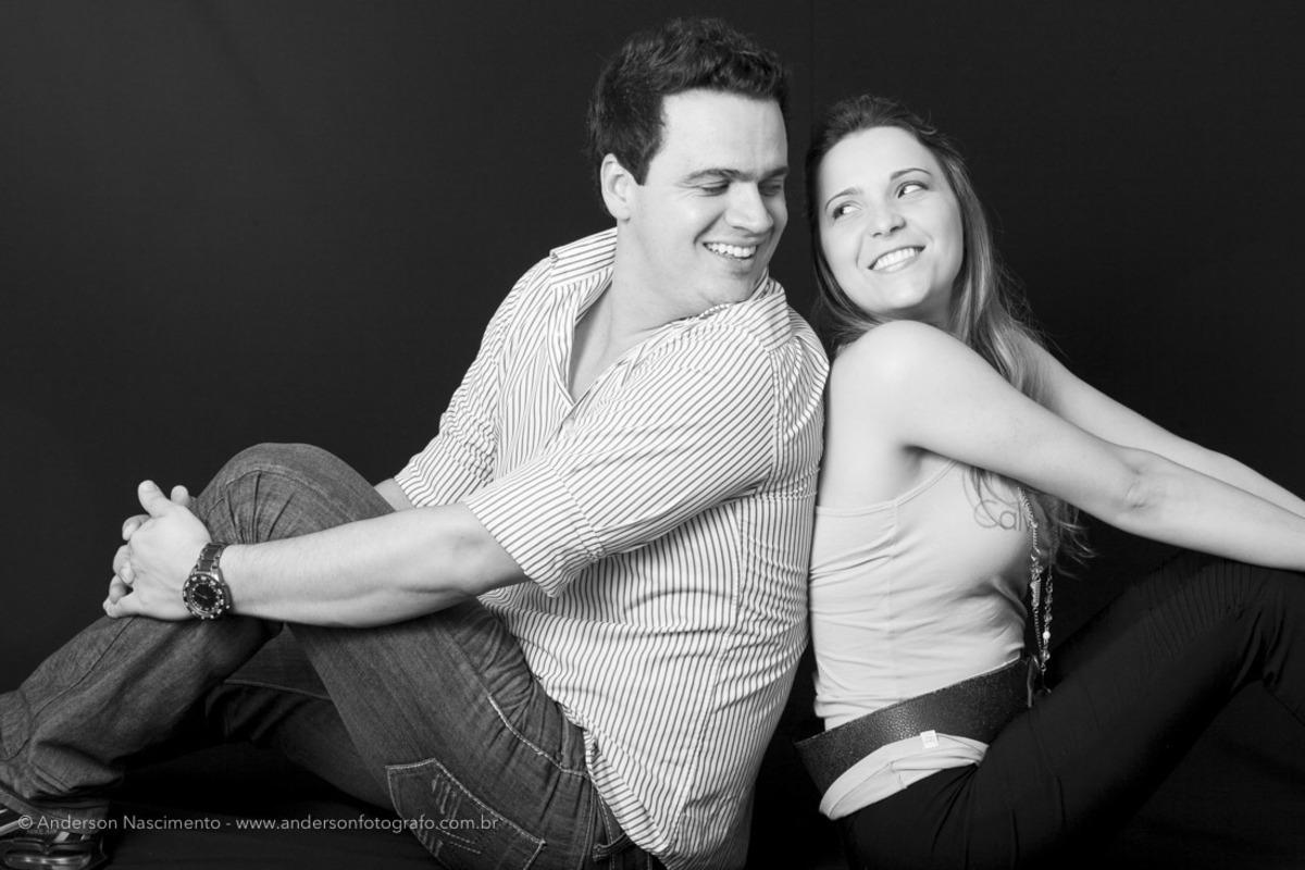 casal-sorrindo-se-olhando-estudio-fotografico