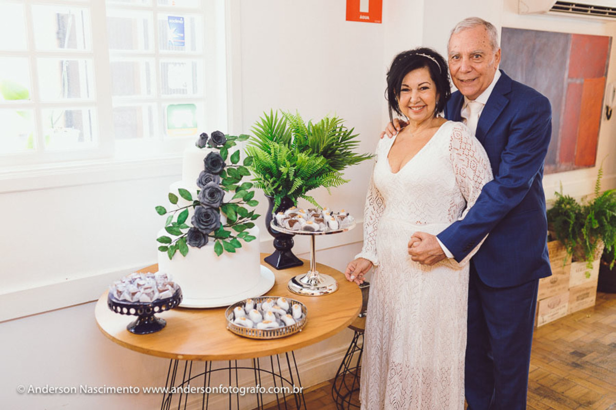 casal-junto-ao-bolo-restaurante-seppia