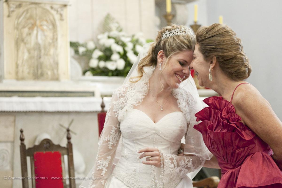 carinho-entre-mae-noiva-Casamento-Igreja-Matriz-Nossa-Senhora-Conceicao-Resende-rj