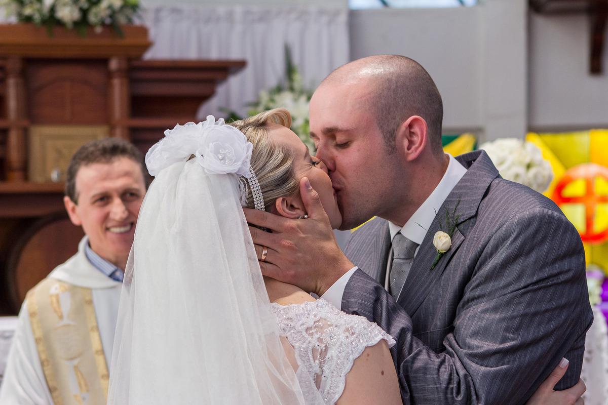 o primeiro beijo da noiva e do noivo como esposa e marido, , por Vinícius Vogel, fotografo de casamento em Porto Alegre, Serra Gaúcha e Região Metropolitana