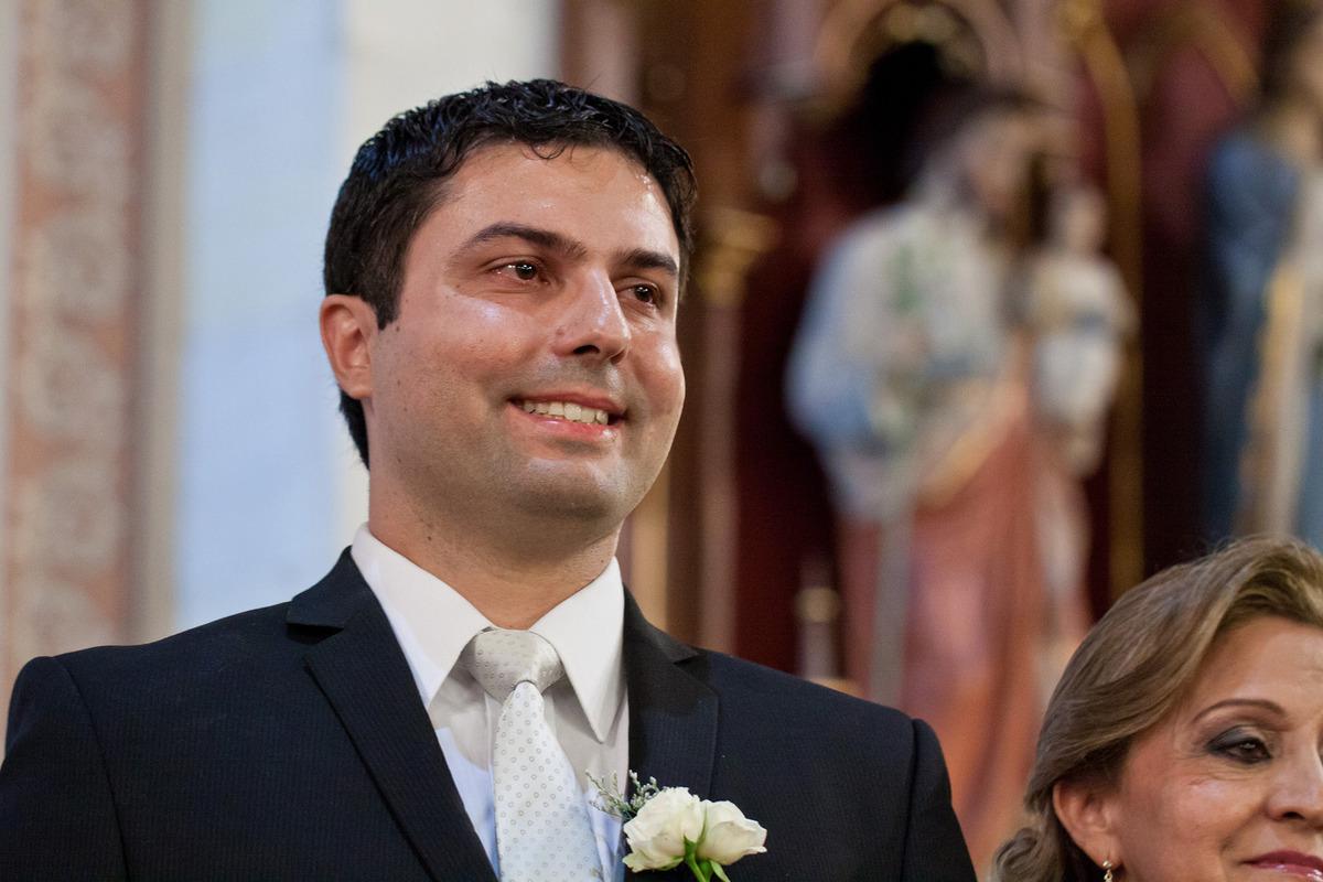 Noivo emocionado olhando para a noiva com seu vestido de casamento na entrada da Igreja, , por Vinícius Vogel, fotografo de casamento em Porto Alegre, Serra Gaúcha e Região Metropolitana