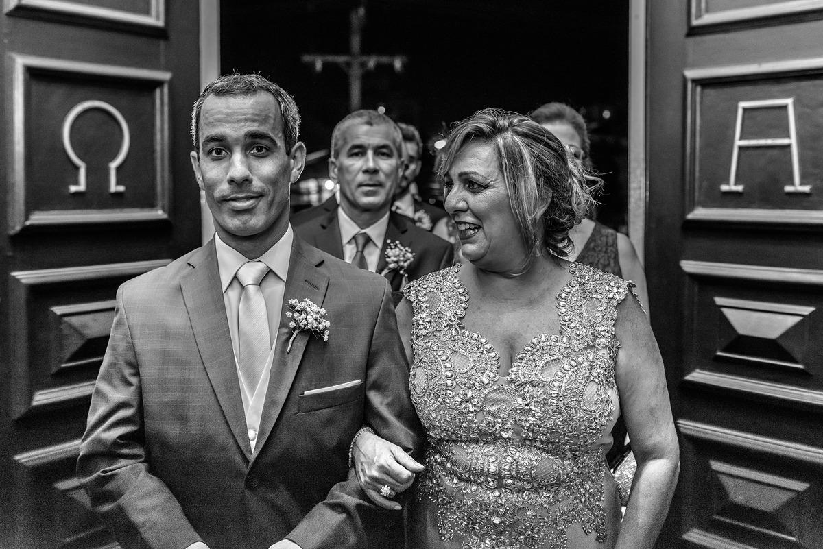 Noivo com a sua mãe entrando na Igreja - Casamento Daiane e Rafael, Igreja Santa Terezinha, por Vinícius Vogel, fotografo de casamento em Porto Alegre, Serra Gaúcha e Região Metropolitana