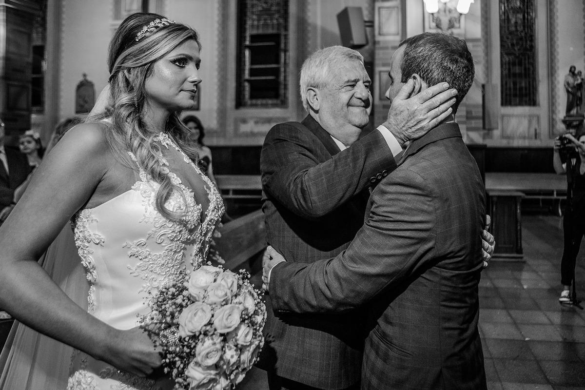 Pai da Noiva cumprimentando o noivo na Igreja, , por Vinícius Vogel, fotografo de casamento em Porto Alegre, Serra Gaúcha e Região Metropolitana