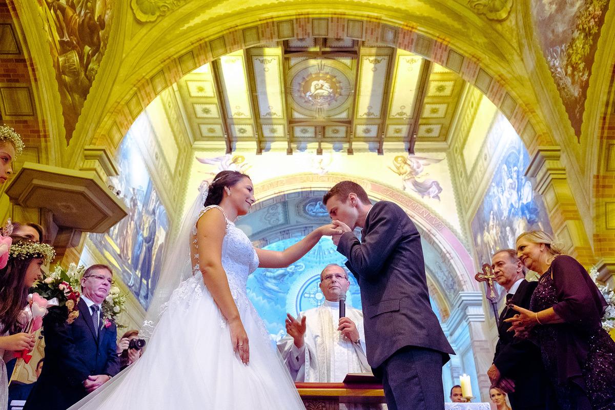 noivo beijando a mão da noiva na troca das alianças, , por Vinícius Vogel, fotografo de casamento em Porto Alegre, Serra Gaúcha e Região Metropolitana
