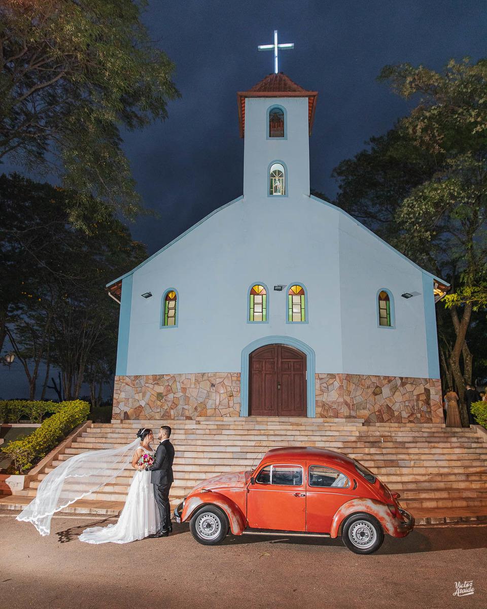Casamento em Congonhas, casal na porta da igreja com o fusca