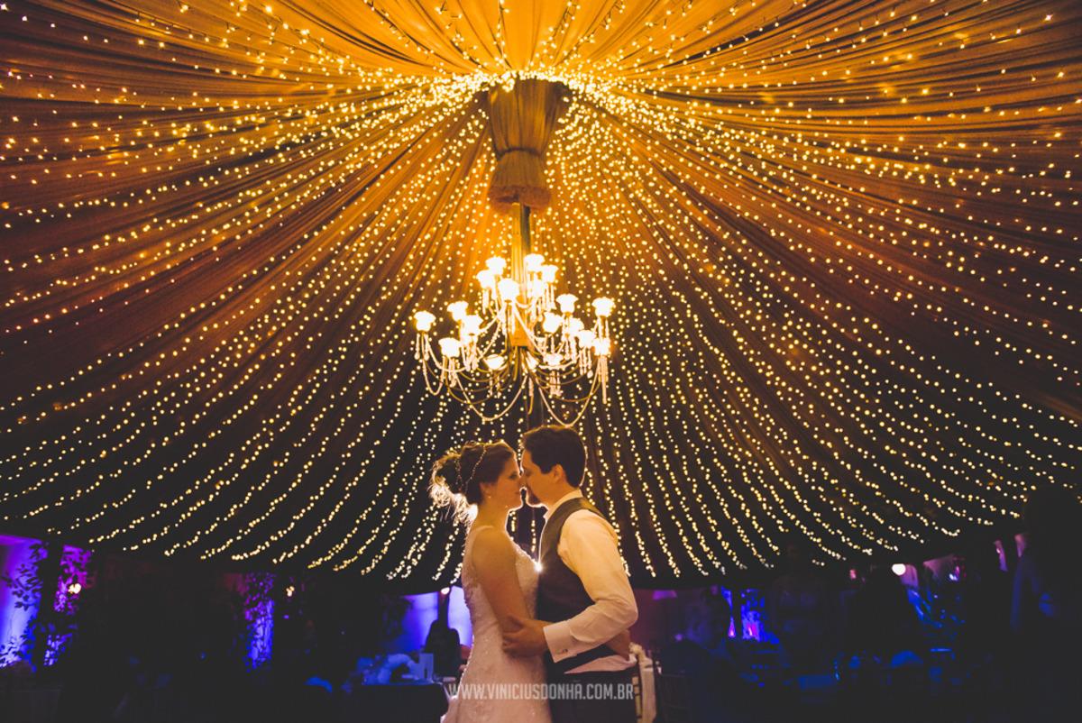 Iluminação para casamento no campo