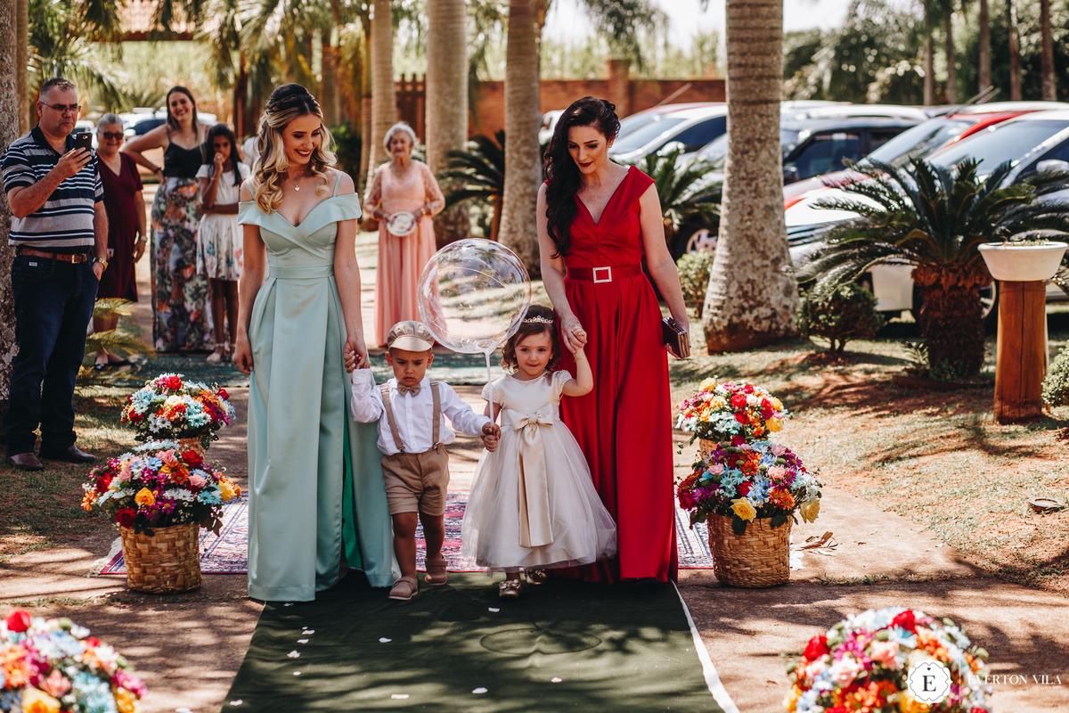 daminha e pajem entrando no casamento com sua mãe
