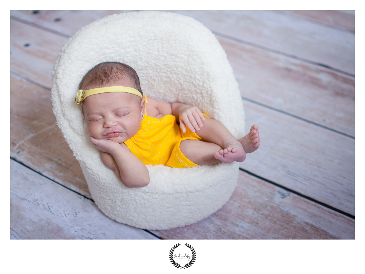 cuidados-com-o-recem-nascido-no-ensaio-newborn-foto-poltrona-sorriso