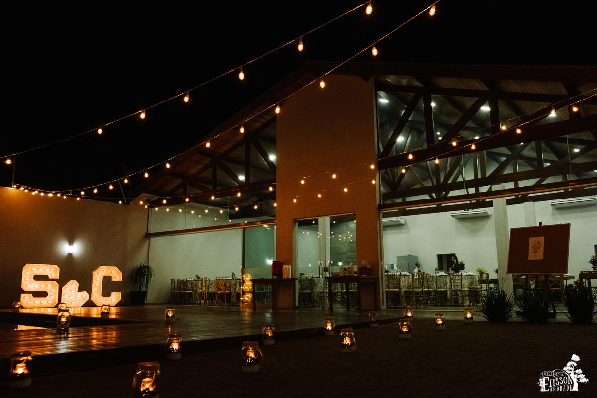 Decoração com velas e varal de luzes DIY, entrada do salão de festas de noi