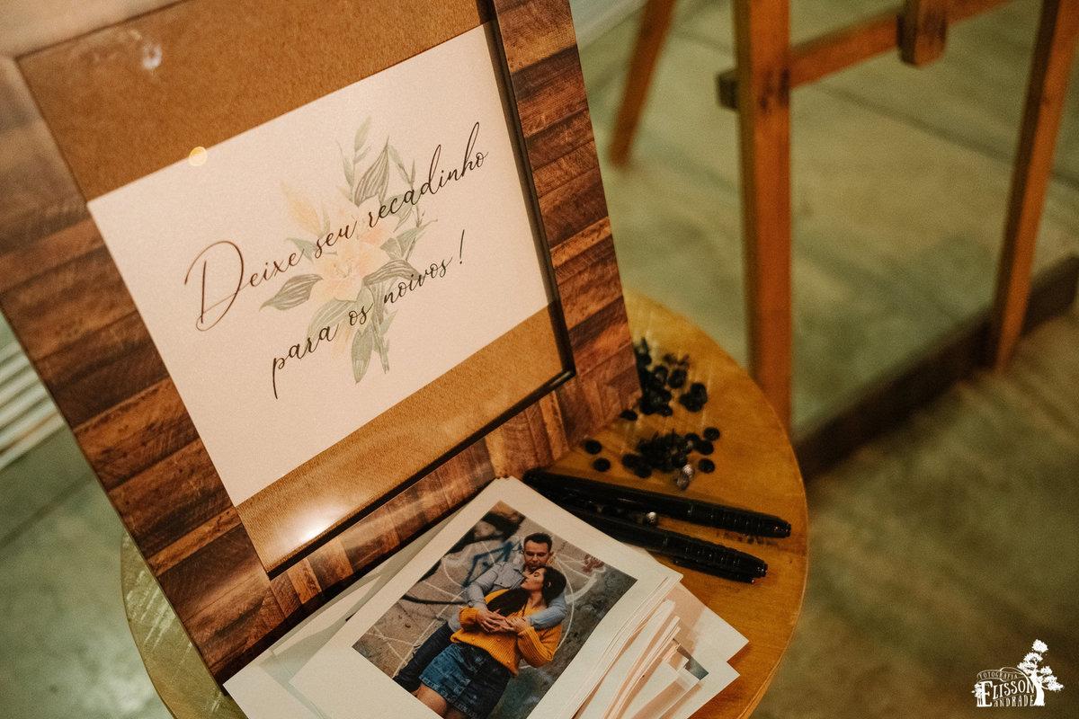 quadro de recados com fotos dos noivos para os convidados deixarem recados, casamento e decoração DIY, boho