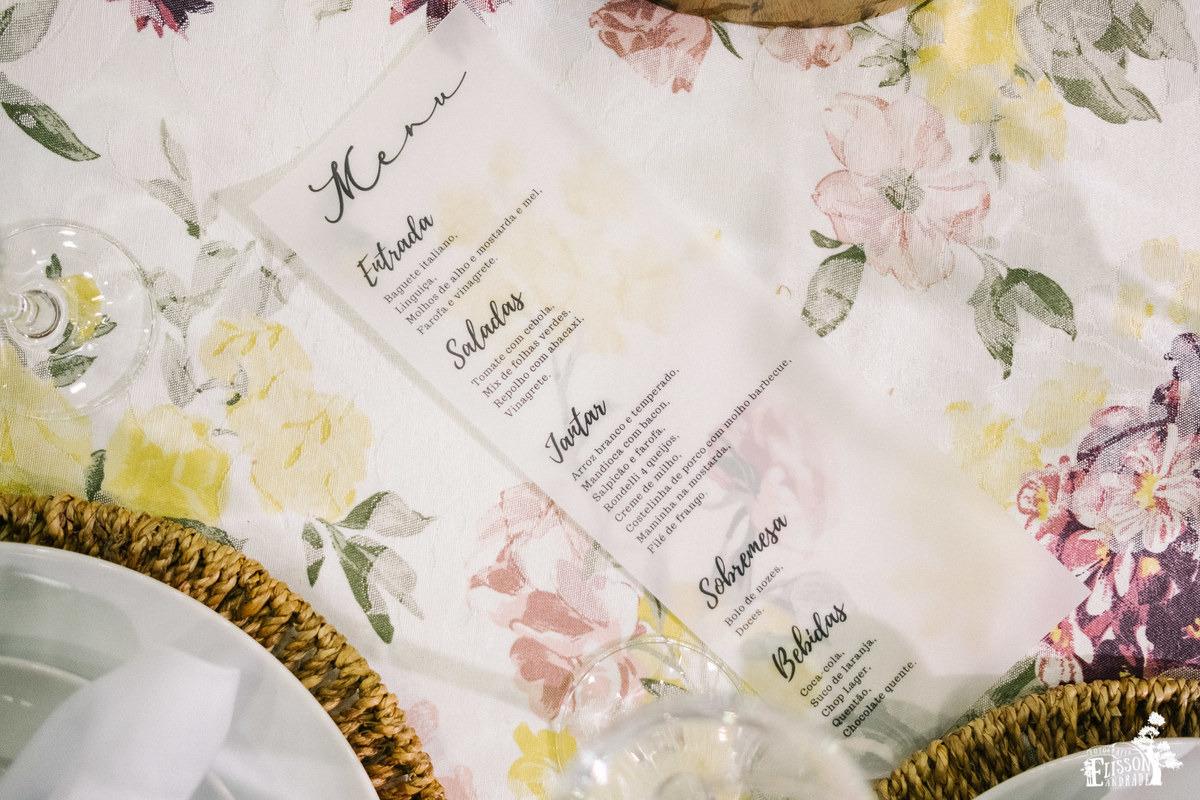 cardápio de casamento, em papel manteiga, em cima de toalha florida amarela, roxa e bege, decoração DIY