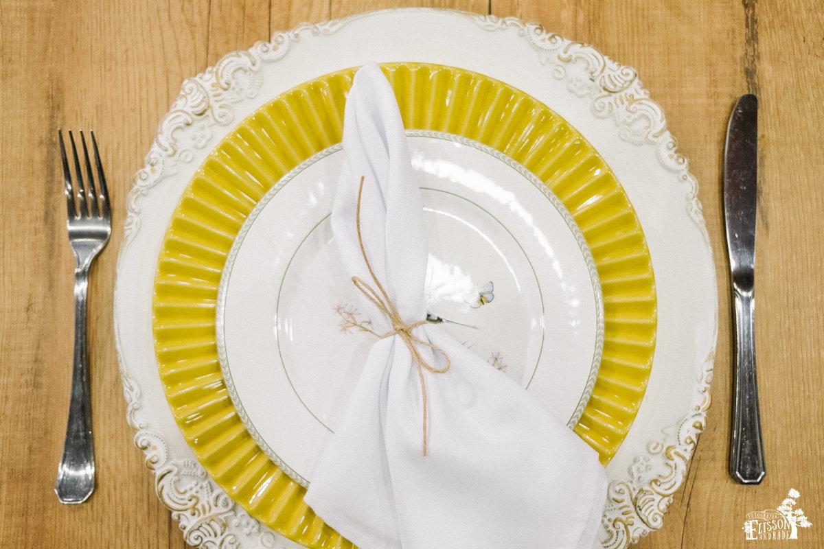 prato e sousplat para decoração boho chic, tipo DIY, com guardanapo amarrado com barbante de juta