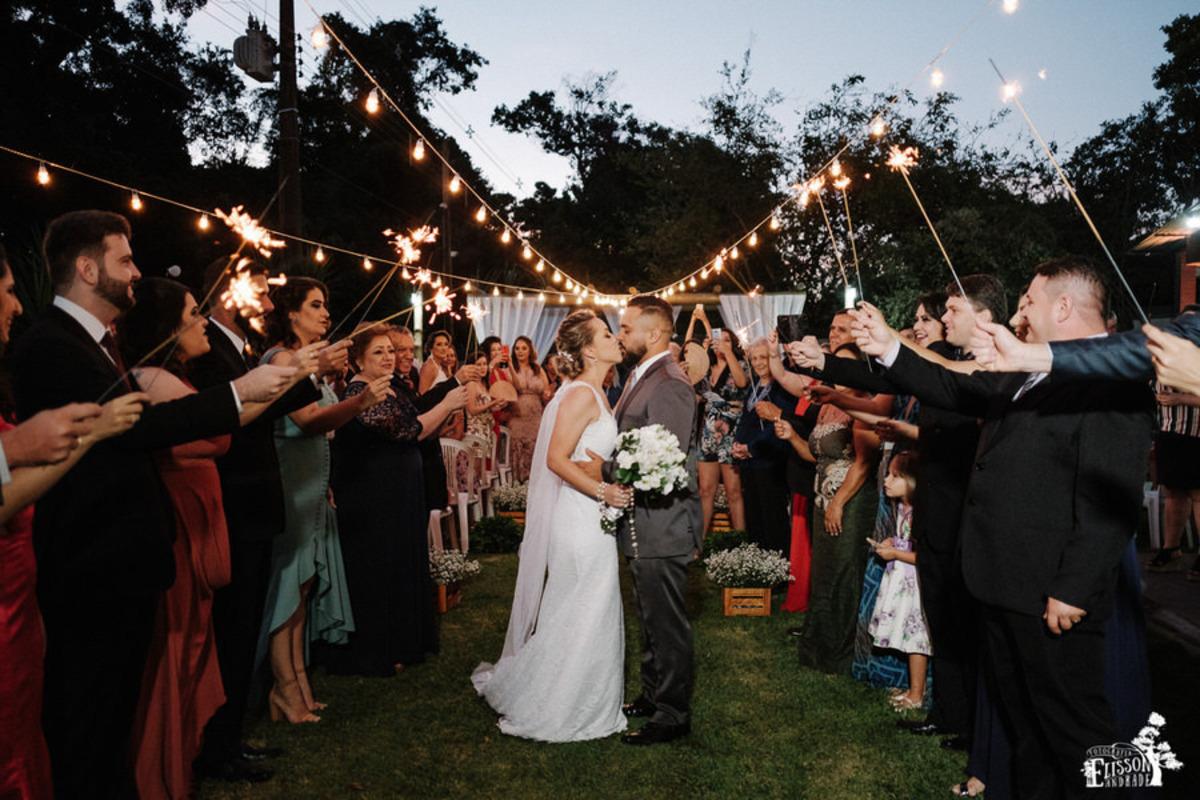 Fotografia de casamento pequeno em Maringá/PR, mini wedding, noivos se beijando na saída do casamento
