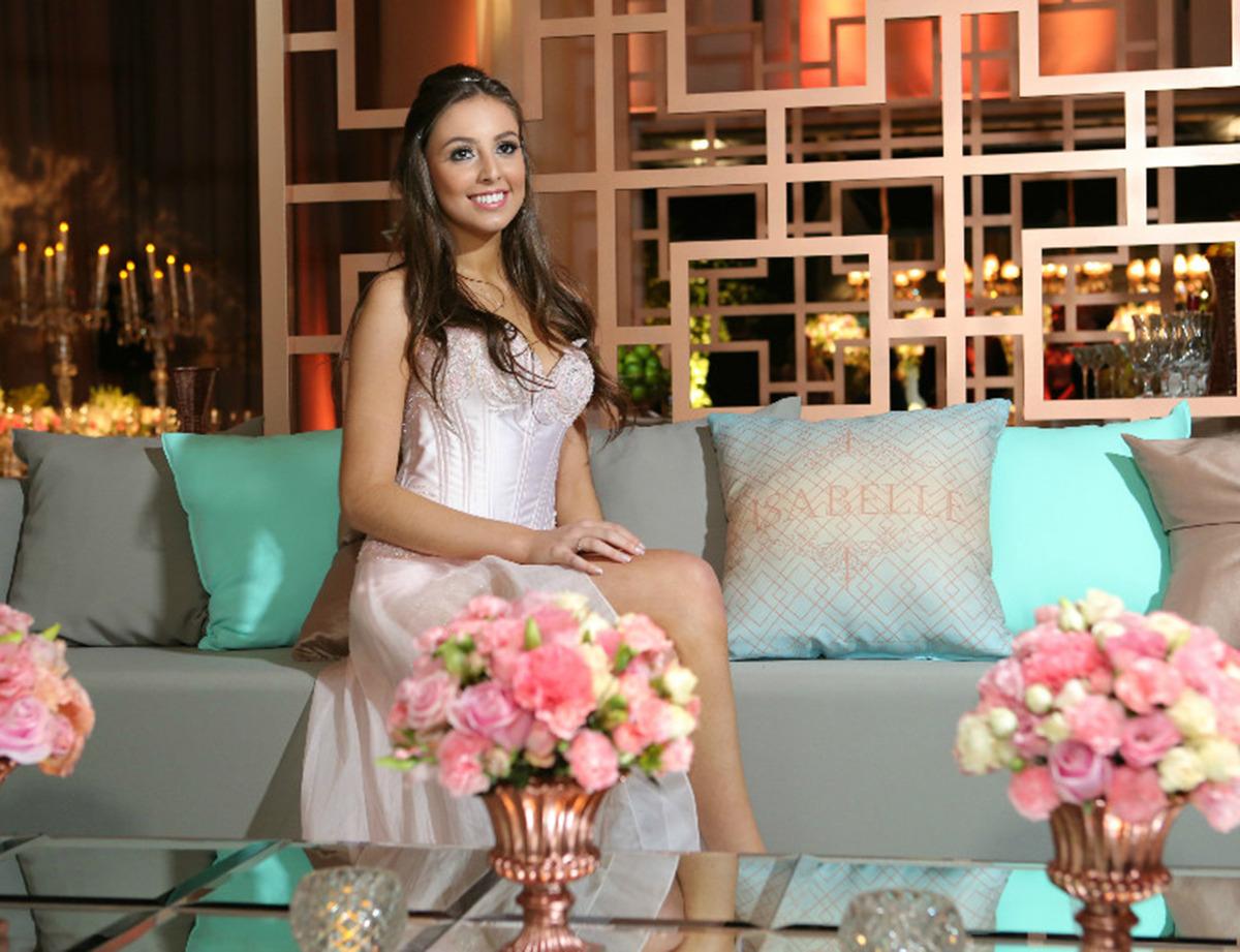 decoração-na-casa-vetro-festa-de-15-anos-tema-rosas-para-quinze-anos-cadeiras-de-vidro-decoração-de-mesas-para-aniversario-fotografo-fabio-martins-porto-alegre-casa-de-eventos-porto-alegre-decoração-de-festa-decoração-chique-decoração-cor-de-rosa-decoração-de-festa-com-flores-lustre-de-flores-mesa-resonda-cortinas-salmao-longas-buque-de-rosas-aniversario-de-15-anos-chique-na-casa-vetro-de-porto-alegre-rio-grande-do-sul-cobertura-fotografica-fabio-martins-festa-party-diversao-casa-vetro-festa-de-quinze-anos-em-porto-alegre-festa-de-debutante-na-casa-vetro-debutante-15-anos-quinze-anos-15th-casa-vetro-salao-principal-casa-vetro-espaço-de-eventos-casa-vetro-quinze-anos-casa-vetro-festa-tema-rosas-porto-alegre-almofadas-personalizadas-com-nome-da-aniversariante-sofa-casa-vetro-aniversariante-com-vestido-de-debutante-buque-de-rosas-mesa-fundo-geometrico-debutante-sentada-