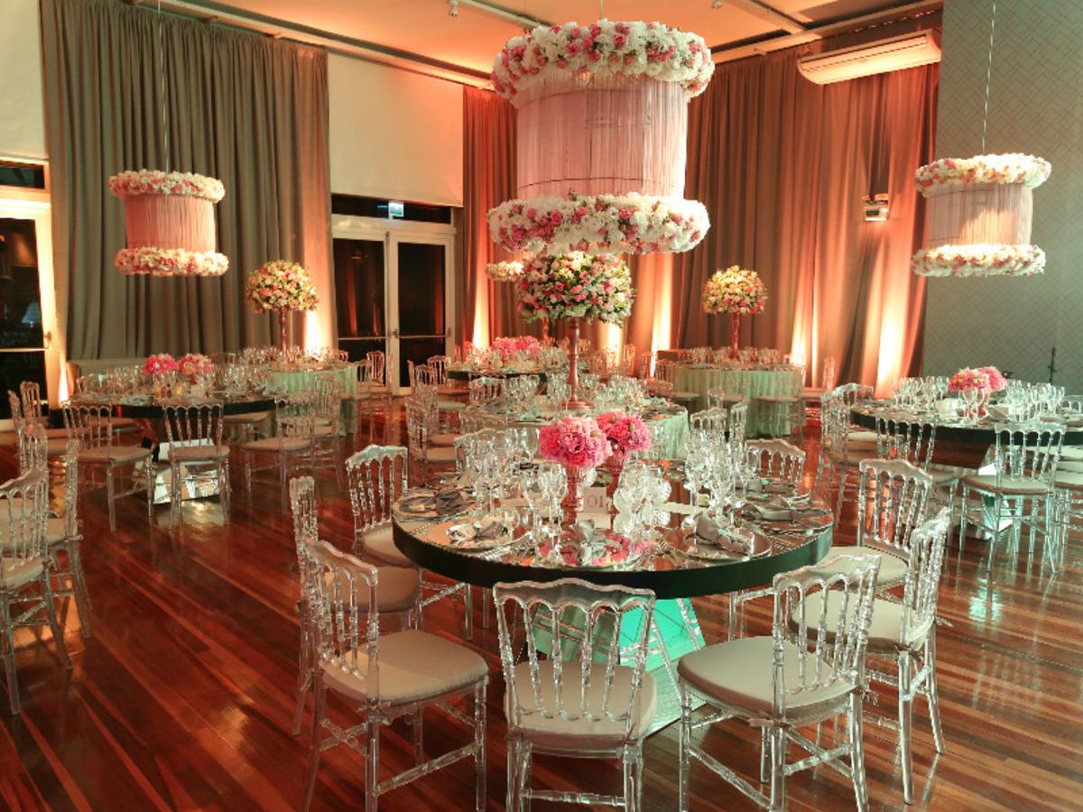 decoração-na-casa-vetro-festa-de-15-anos-tema-rosas-para-quinze-anos-cadeiras-de-vidro-decoração-de-mesas-para-aniversario-fotografo-fabio-martins-porto-alegre-casa-de-eventos-porto-alegre-decoração-de-festa-decoração-chique-decoração-cor-de-rosa-decoração-de-festa-com-flores-lustre-de-flores-mesa-resonda-cortinas-salmao-longas-buque-de-rosas-aniversario-de-15-anos-chique-na-casa-vetro-de-porto-alegre-rio-grande-do-sul-cobertura-fotografica-fabio-martins-festa-party-diversao-casa-vetro-festa-de-quinze-anos-em-porto-alegre-festa-de-debutante-na-casa-vetro-debutante-15-anos-quinze-anos-15th-casa-vetro-salao-principal-casa-vetro-espaço-de-eventos-casa-vetro-quinze-anos-casa-vetro-festa-tema-rosas-porto-alegre-sofas-area-social-casa-vetro-espaço-de-eventos-com-sofas-sala-grande-com-sofas-cadeira-de-vidro-com-almofadas-cadeira-transparente-com-almofadas-festa-rosa-mesa-espelhada-de-vidro-mesa-cubos-de-espelho