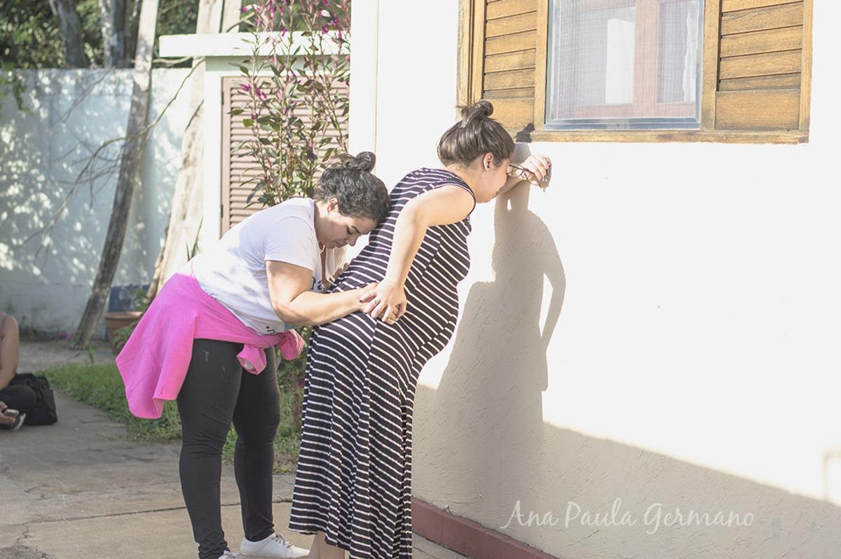 Gestante recebendo auxílio da Doula durante Trabalho de Parto Humanizado em Casa Angela - Centro de Parto Humanizado, Zona Sul, São Paulo/SP