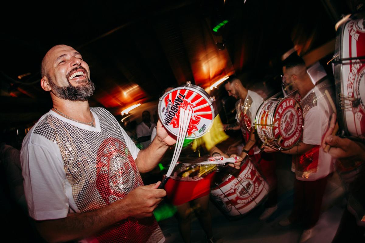 escola de samba tocando