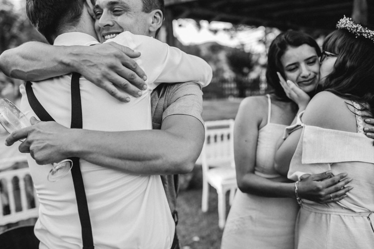 abraços em preto e branco