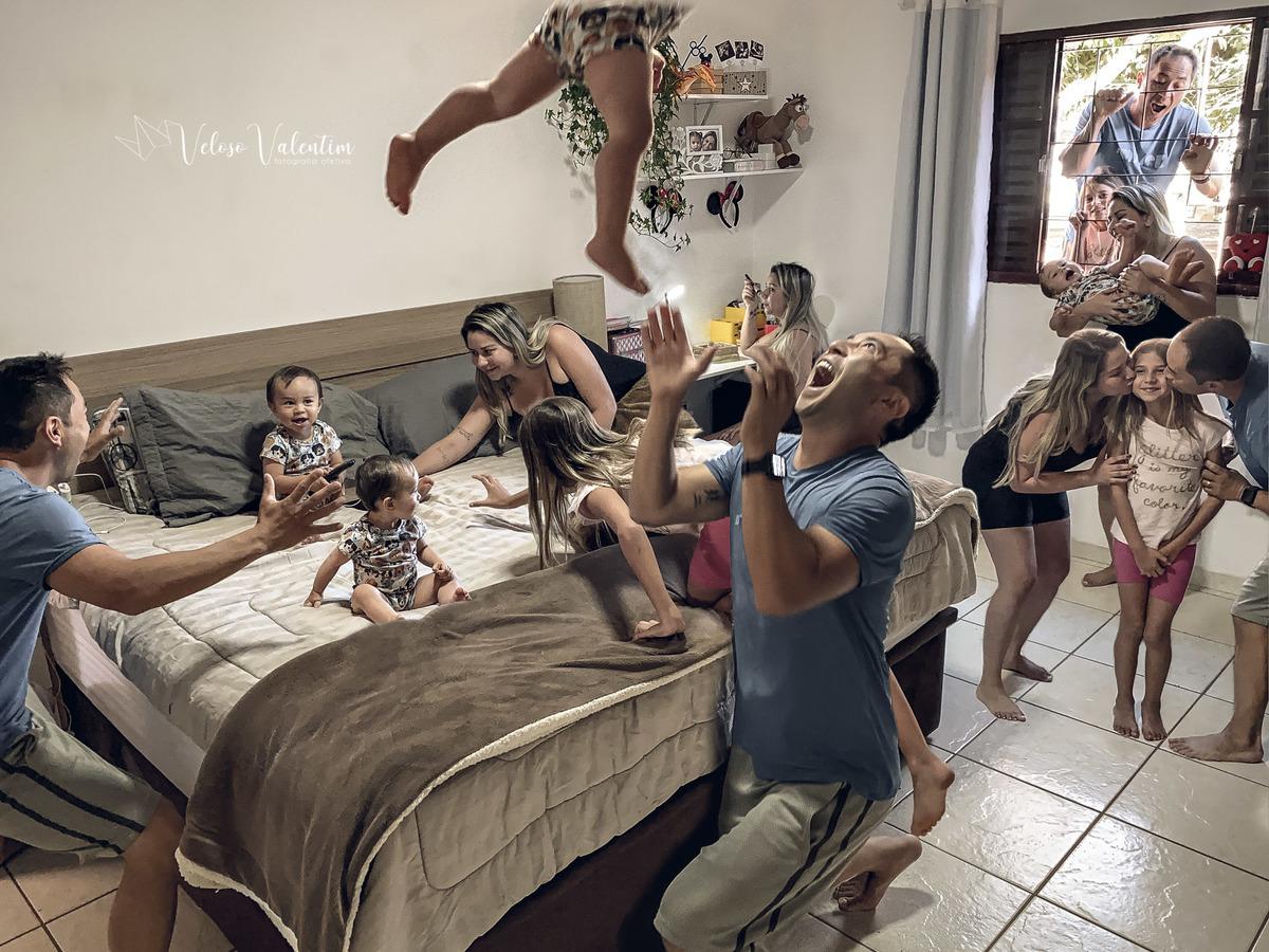 ensaio fotográfico virtual remoto celular montagem retrato pandemia quarentena isolamento família sala de casa cotidiano veloso valentim brasília fotógrafo