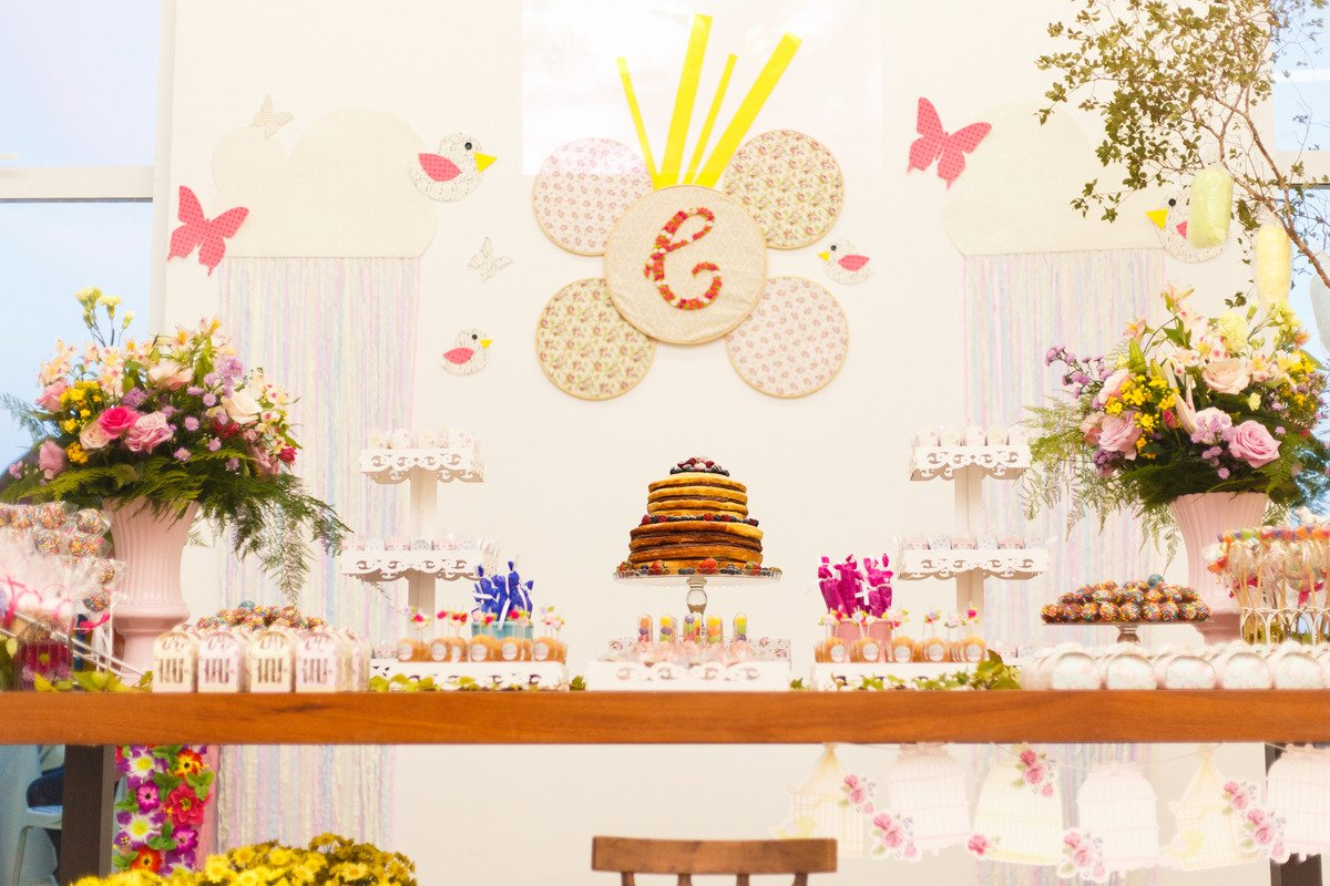 Mesa do bolo de um aniversário no tema fazendinha.
