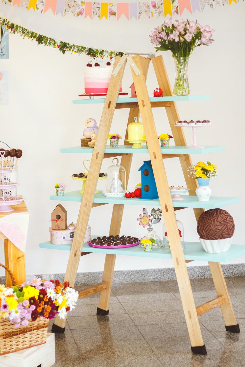 Detalhe da decoração de aniversário infantil no tema jardim, com um cavalete todo decorado.
