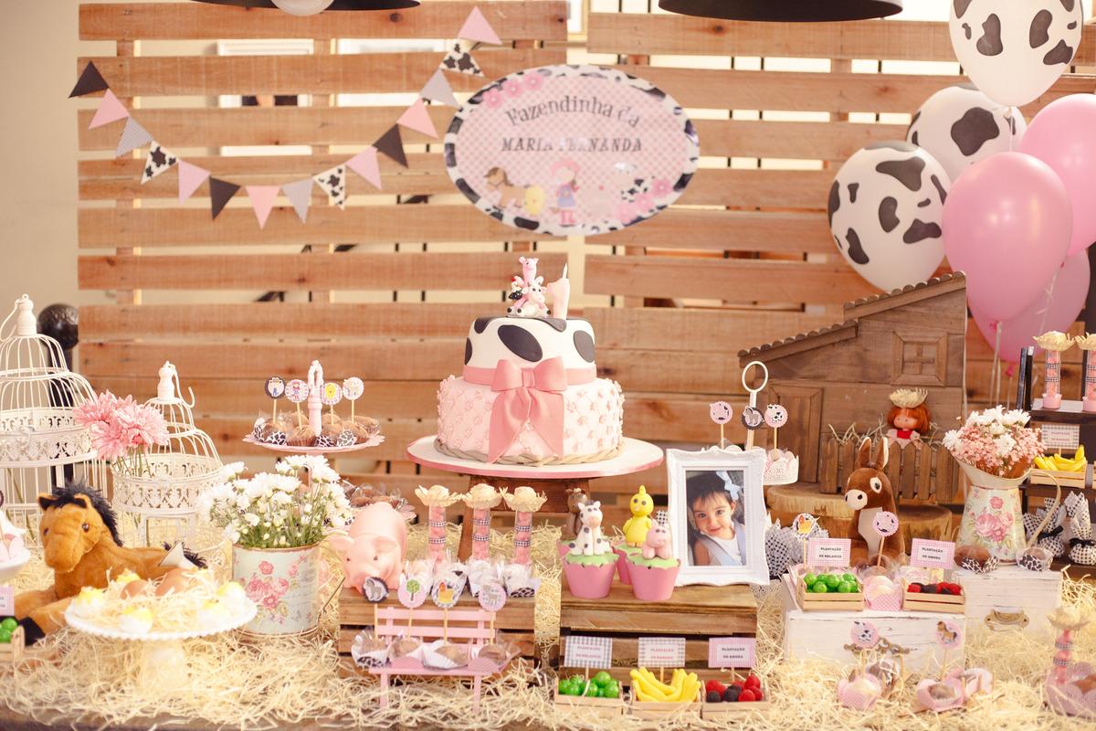 Mesa do bolo de aniversário infantil no tema fazendinha.