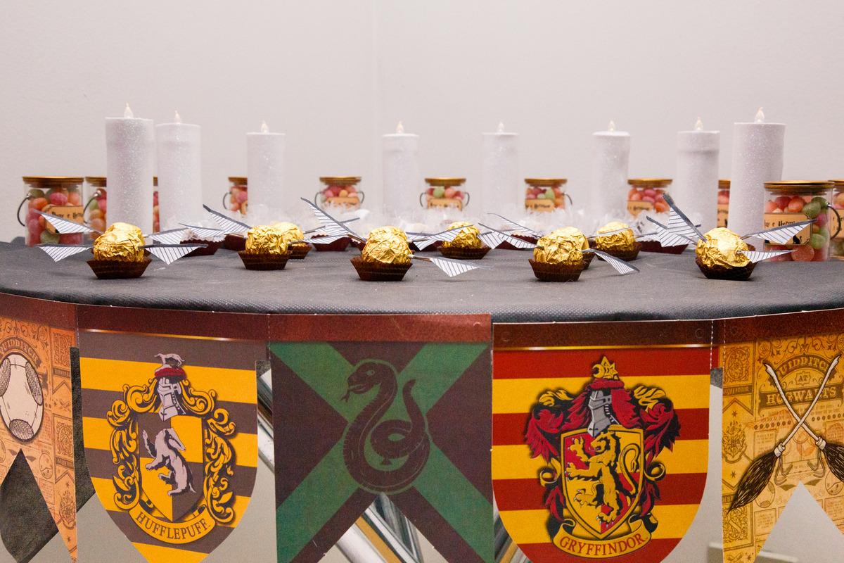 Detalhe da decoração de um aniversário com tema do Harry Potter.