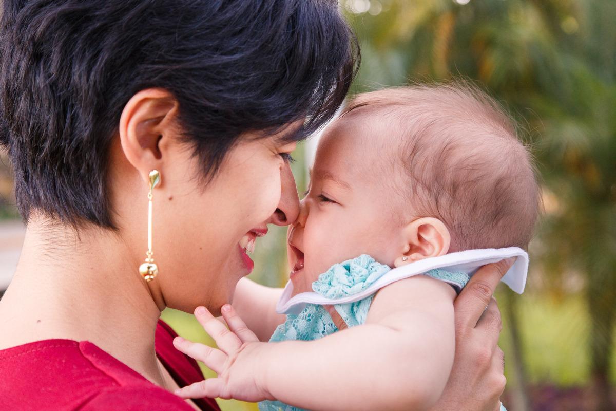 mãe com sua bebê, encostando nariz com nariz