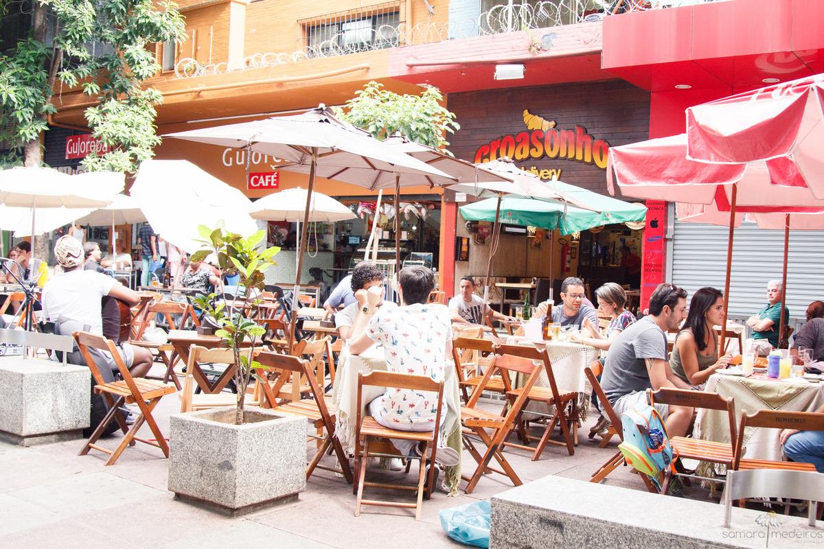 Foto da fachada e mesas da lanchonete Croasonho, na Savassi em Belo Horizonte.