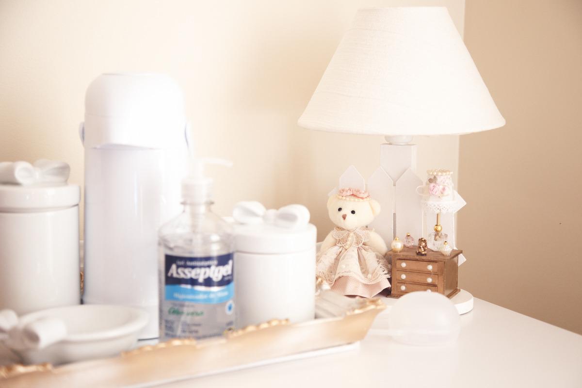 decoração no quartinho da bebê recém nascida, com enfeites e um alcool em gel.