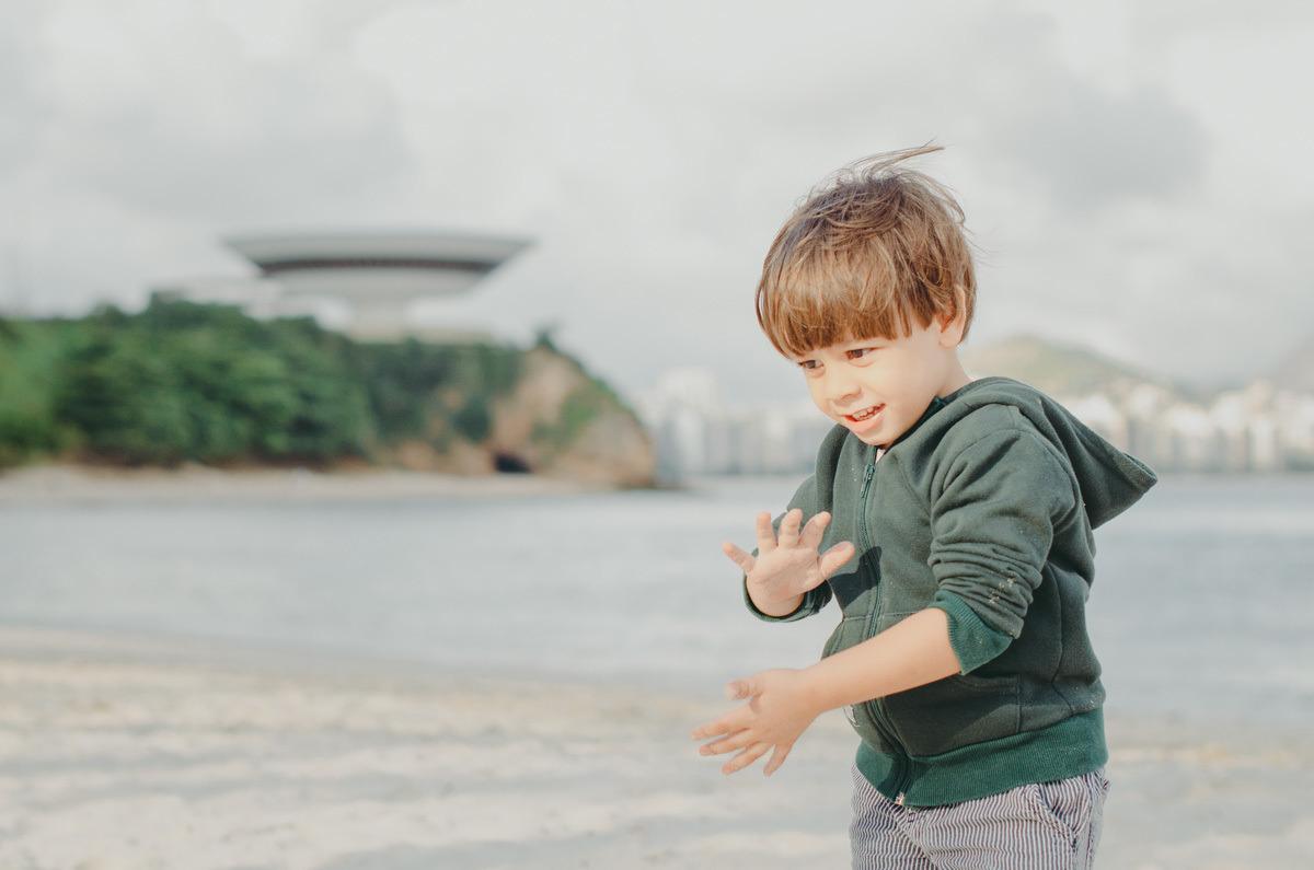 criança briancando na praia de boa viagem em niterói