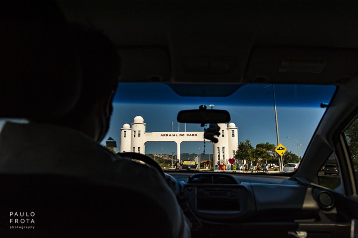 foto de dentro do carro com o portal de arraial do cabo
